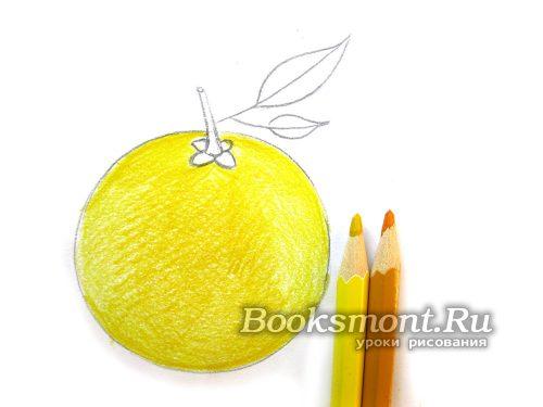 раскрашиваем желтыми карандашами апельсин