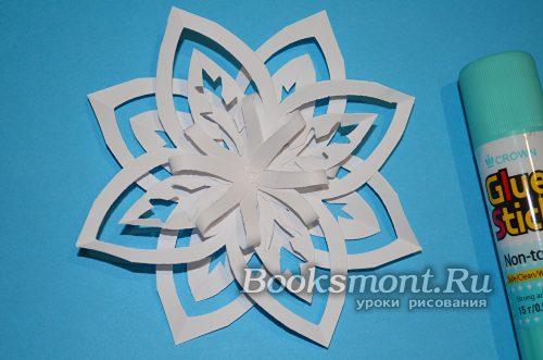 Центр одной из снежинок смажьте клеем